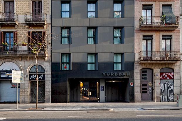 До набережной и площади Каталонии недалеко, можно прогуляться пешком.
