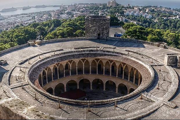 Это единственная в мире готическая постройка круглой формы.