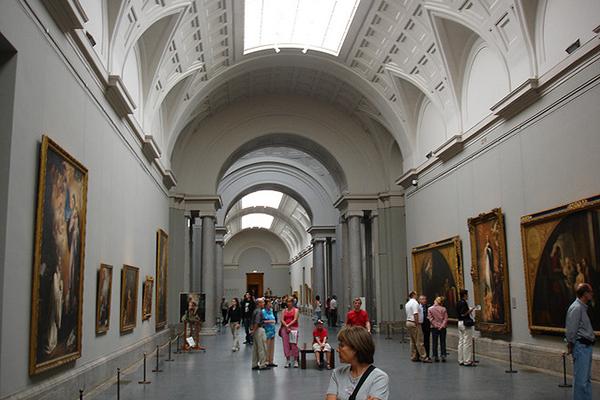 Интерьеры хранилища произведений искусств просты и не отвлекают от созерцания экспонатов.