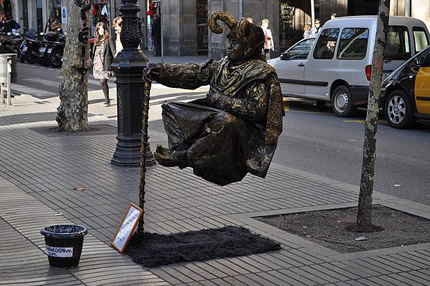На бульварах Рамблы встречаются необычные статуи.
