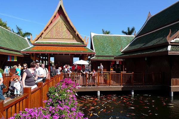 У входа расположена Тайская деревня и пруд с золотыми карпами.
