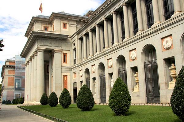 Архитектура здания монументальна и величественна.