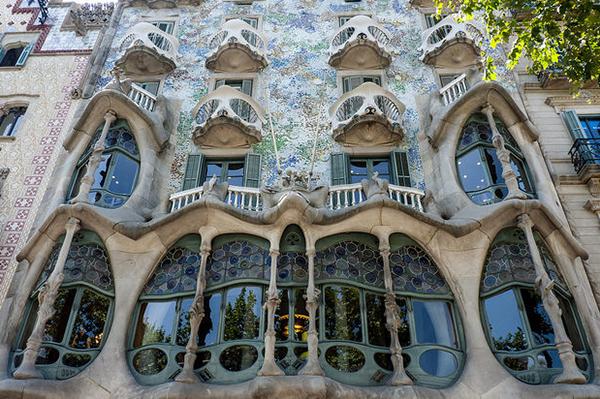 Дома Гауди причудливы и оригинальны.