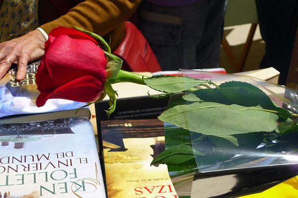 В праздник Sant Jordi  мужчины дарят женщинам красные розы, а те им — книги.