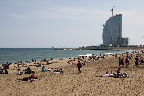 Иногда апрельские дни выдаются настолько тёплые, что можно позагорать на пляже.