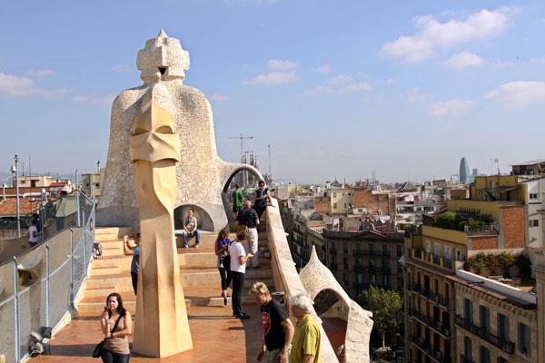 Крыша дома Мила — это своеобразный парк с обзорной площадкой на город.