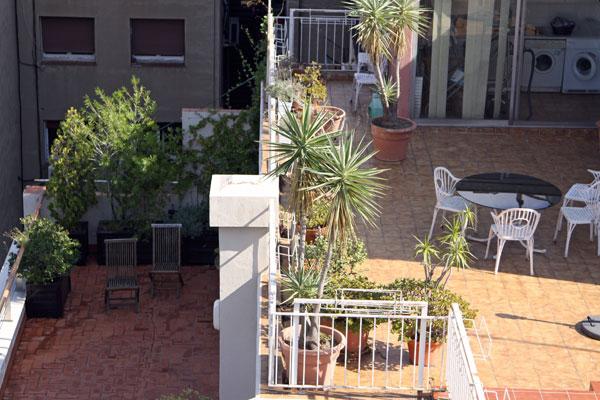 Столики на балконе соседнего дома.