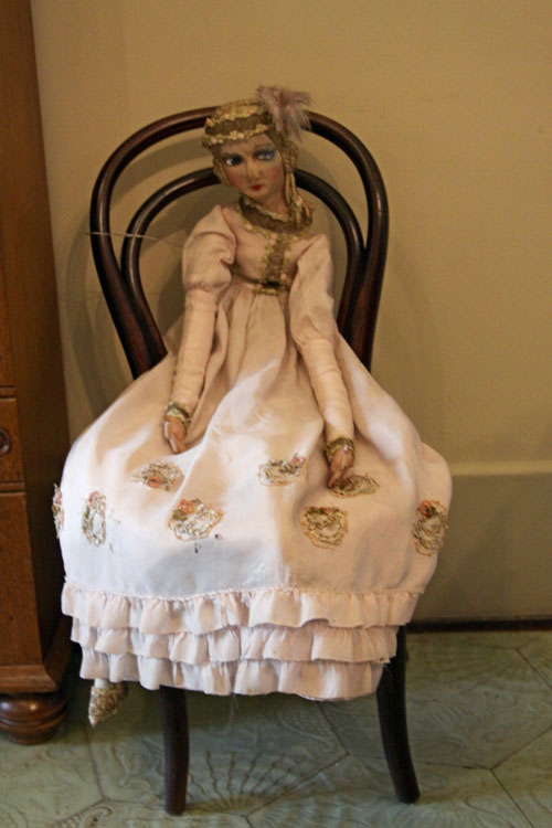 Большая кукла на стуле.