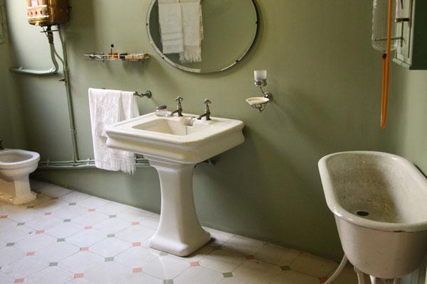 Ванная комната. Раковина и зеркало.