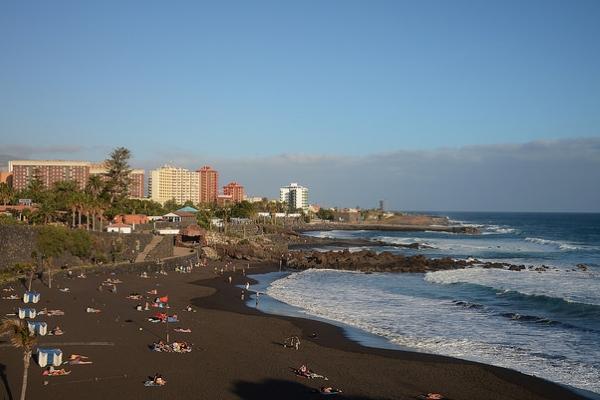 На пляжах северной части острова лежит уникальный чёрный песок.