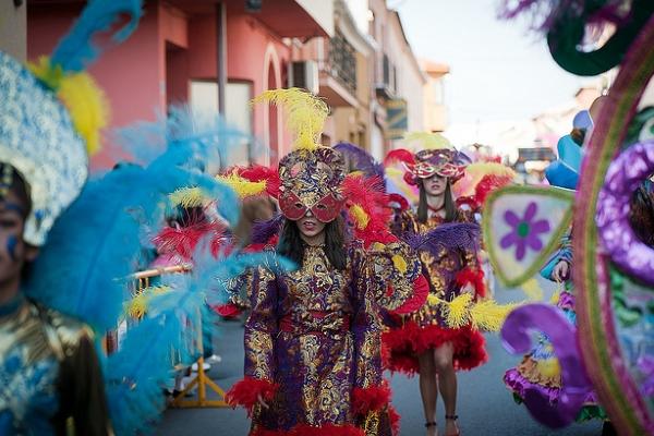 Карнавал обычно проходит в конце февраля или начале марта.