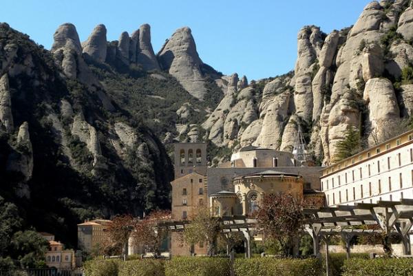Монастырь в горах Montserrat весьма живописен.