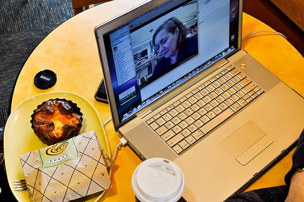 Общение по скайпу с носителями языка поможет изучить испанский.