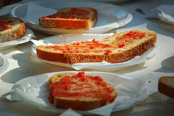 Pa Amb tomaquet напоминают по вкусу гренки.
