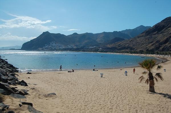 На пляжах в марте мало людей.