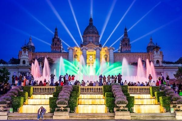 По вечерам у фонтана собирается много людей посмотреть на феерическое представление.