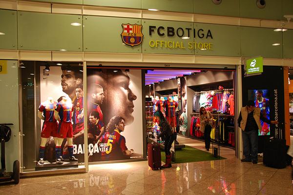 Магазины с футбольной атрибутикой есть даже в аэропорту.