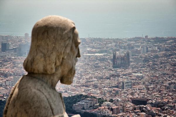 С горы Тибидабо открывается потрясающий вид на Барселону.
