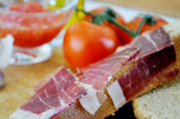Вяленое мясо хорошо сочетается с томатами и оливками.