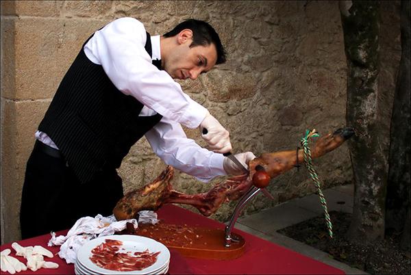 В Испании есть люди, специально обученные для нарезки хамона — кортадоры.