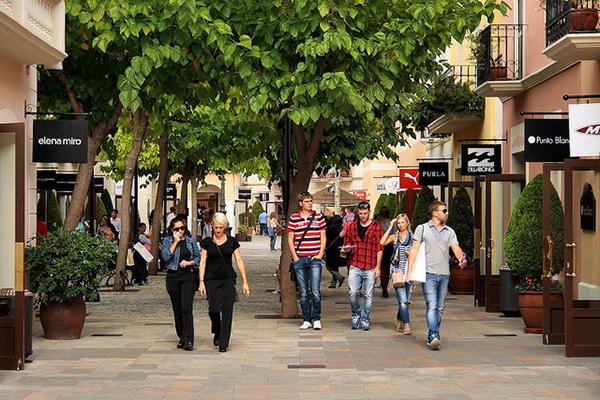 La Roca Village — не просто аутлет, а целый торговый посёлок.