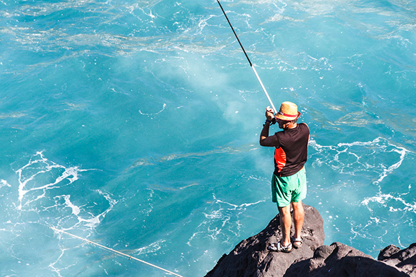 Рыбачить можно с берега или в открытом океане.