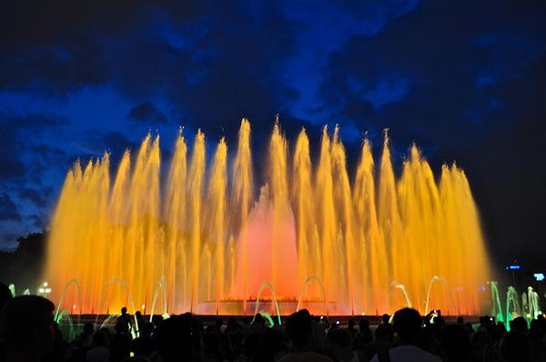 Красочные переливы Поющих фонтанов в вечернее время смотрятся волшебно.
