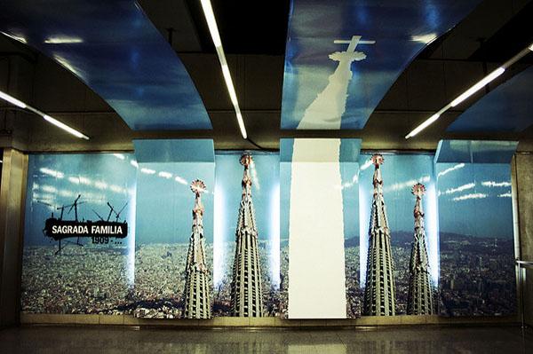 Станция Sagrada Familia украшена фото собора.