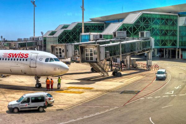 Современный терминал Т1 построен в форме самолёта.
