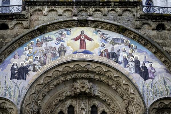 Вход украшает фреска с  изображениями испанских королей и Колумба.