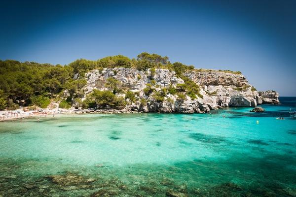 По отзывам, один из самых уютных пляжей — Cala Macarella.
