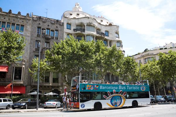 Во время поездки по синему маршруту можно увидеть знаменитые дома Гауди.