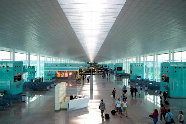 В обоих терминалах есть всё необходимое — от кафе до туристических служб.