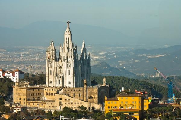 Святого Сердца с фигурой Христа на куполе возвышается над городом.