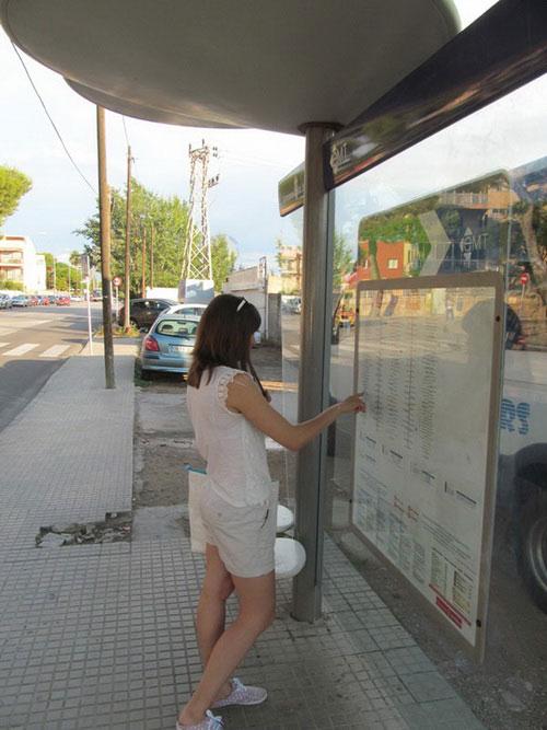 На автобусной остановке.
