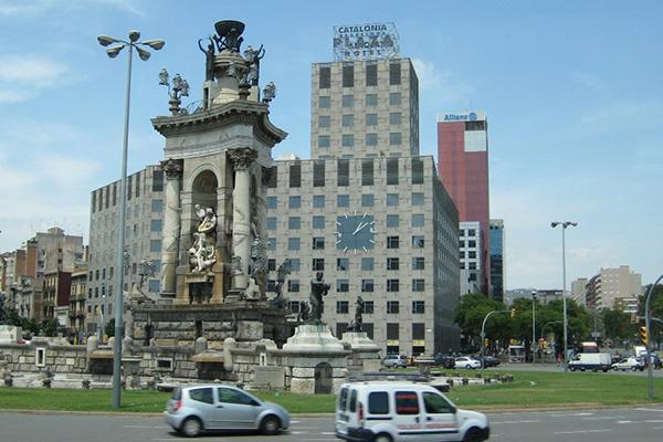 Монумент вблизи отеля Catalonia Plaza.