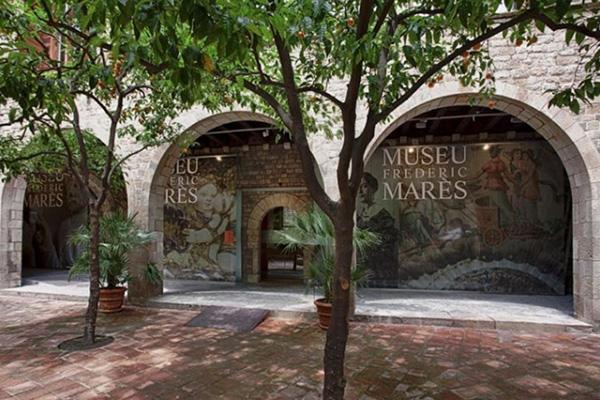 Здание музея Фредерика Мареса в Барселоне.