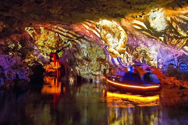 Свето-музыкальное представление в пещере Дракона.