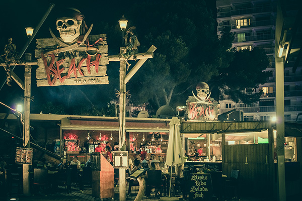 Ресторан Pirates Beach Bar & Grill.