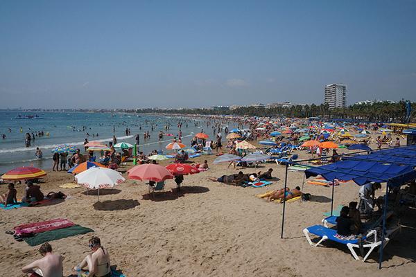 Пляжный отдых в Салоу в конце лета.
