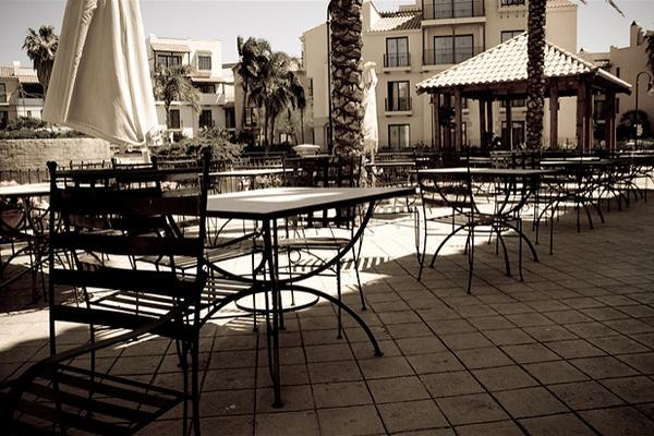 Отдых в тени в кафе.