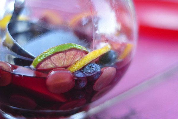 Вино с фруктами.