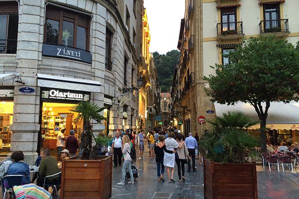 Улица с магазинами.