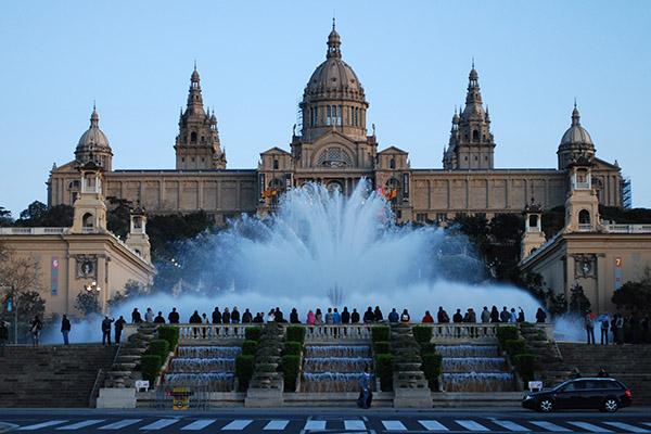 Фонтан Монжуик и дворец Барселоны.