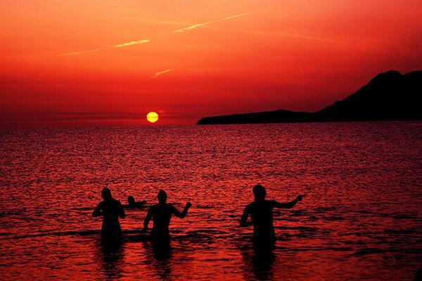 Погода здесь настолько мягкая и тёплая, что можно купаться в море даже ночью. Фото: flickr.com/lum2007
