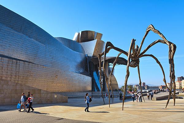 Скульптура паука «Мама».
