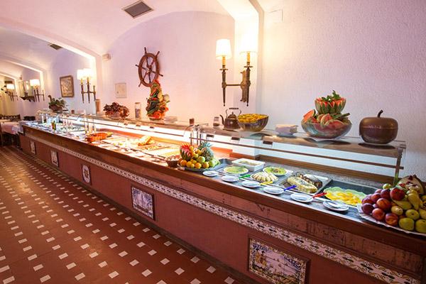 Шведский стол в ресторане гостиницы.
