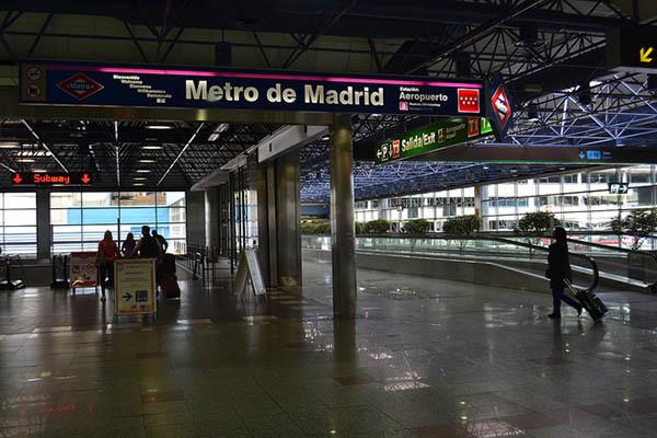 Вход на станцию метро.