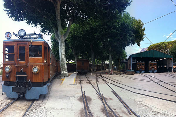 Деревянный поезд.