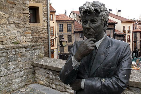 Памятник Кену Фоллетту.